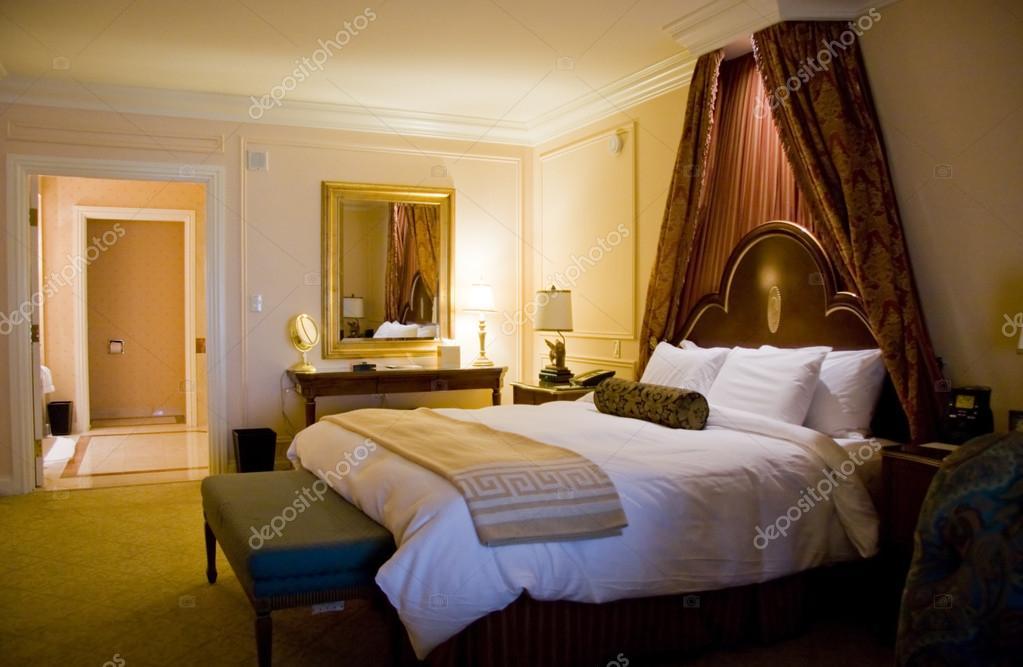 Dormitorio con cama king size con dosel l mparas fotos for Dormitorio king