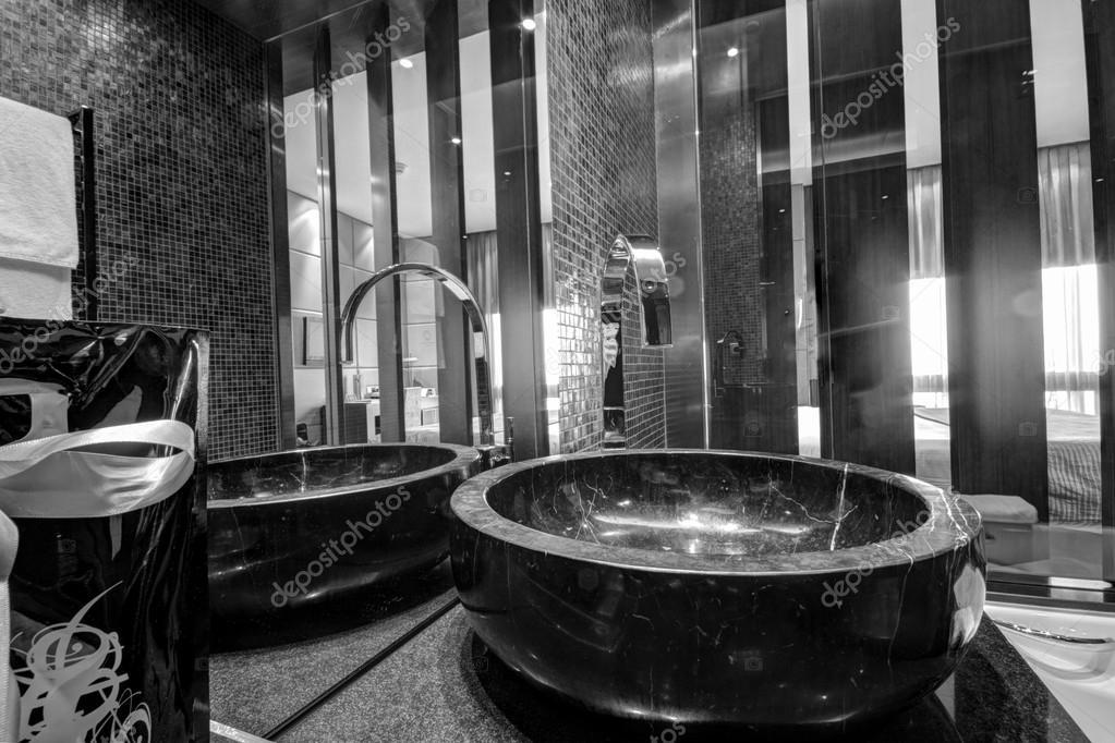 Schwarzer marmor waschbecken mit chrom wasserhahn im badezimmer stockfoto drserg 23883573 - Marmor badezimmer ...