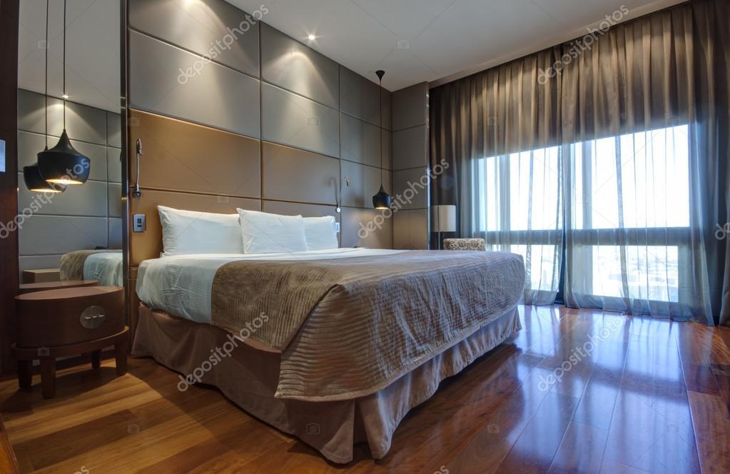kingsize bett mit nachttisch und lampen stockfoto drserg 23883631. Black Bedroom Furniture Sets. Home Design Ideas