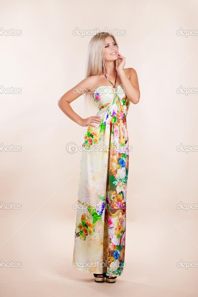 8a5d7e1e4321 Bella donna estate vestito perfetto capelli biondi sera trucco bellezza e  gioielli modella. moda attraente ragazza in abito di colore. abito elegante  ...