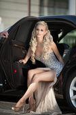 schöne sexy Frau mit langen Beinen im Luxusauto