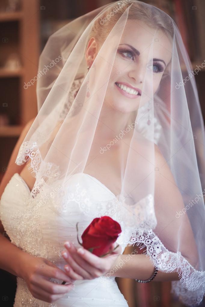 Девушка в свадебном платье с букетом