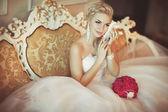 nevěsta ve svatebních šatech s diamantové šperky