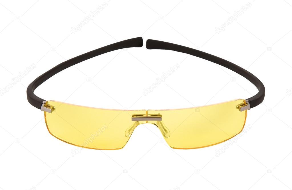 Deportivos amarillos luz gafas de sol aislados sobre fondo blanco. trazado  de recorte incluido — Foto de Lalouetto 5e5ab77ad4df