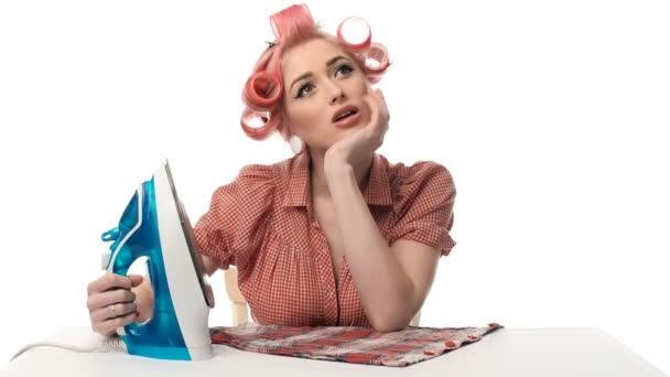 schönes Porträt von Pin-up-Girls Hausfrau mit Eisen
