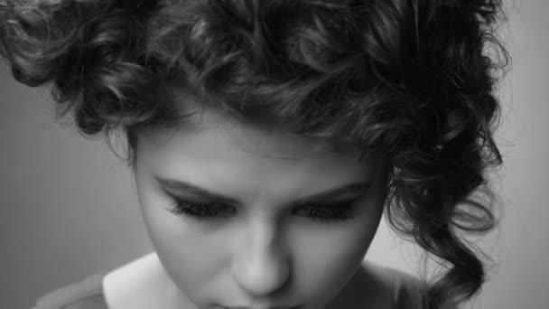 mladá dívka upíří oči