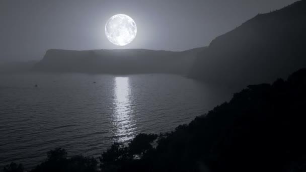 velký Měsíc svítí, hory a moře