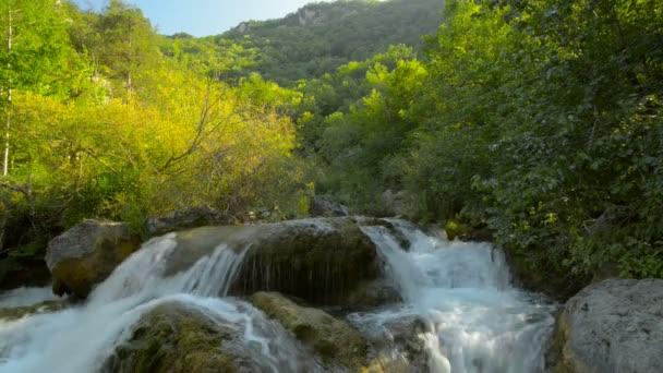 vízesés, folyó, hegység, természet. (idő telik el)