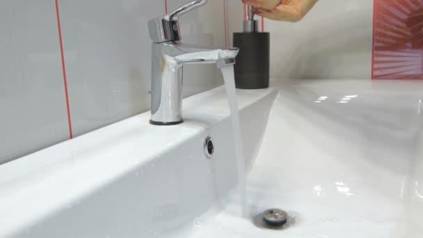 žena myje ruce