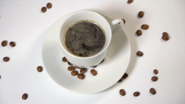 šálek kávy a fazole