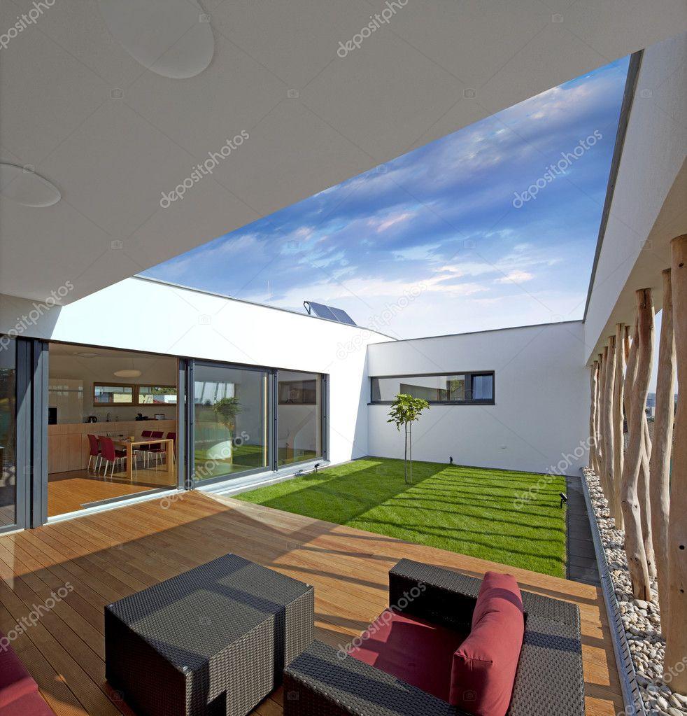 privat petit jardin à l\'intérieur de la maison — Photographie habrda ...