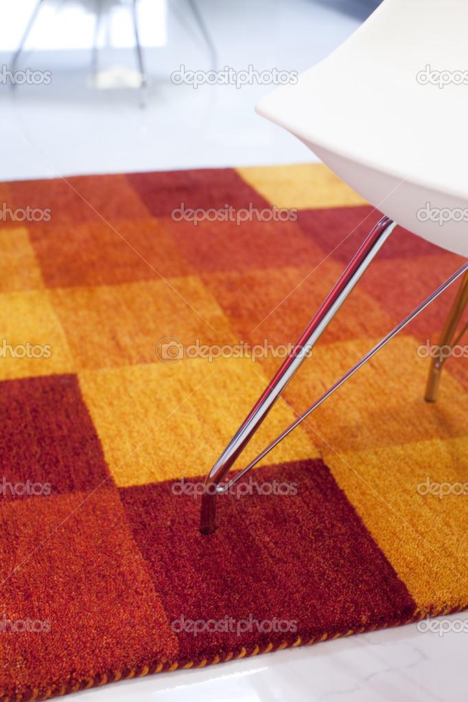 Rot Orange Gelb Teppich In Ein Modernes Interieur Stockfoto 23622431