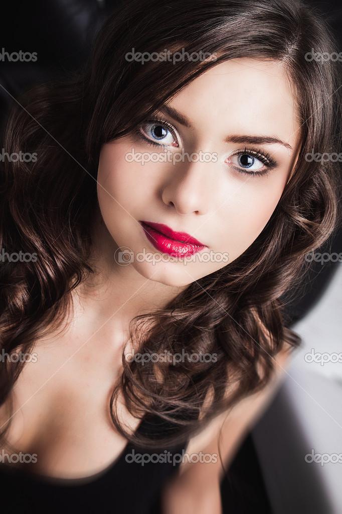 Brune Aux Yeux Bleus Photos close-up portrait de belle jeune femme brune aux yeux bleus
