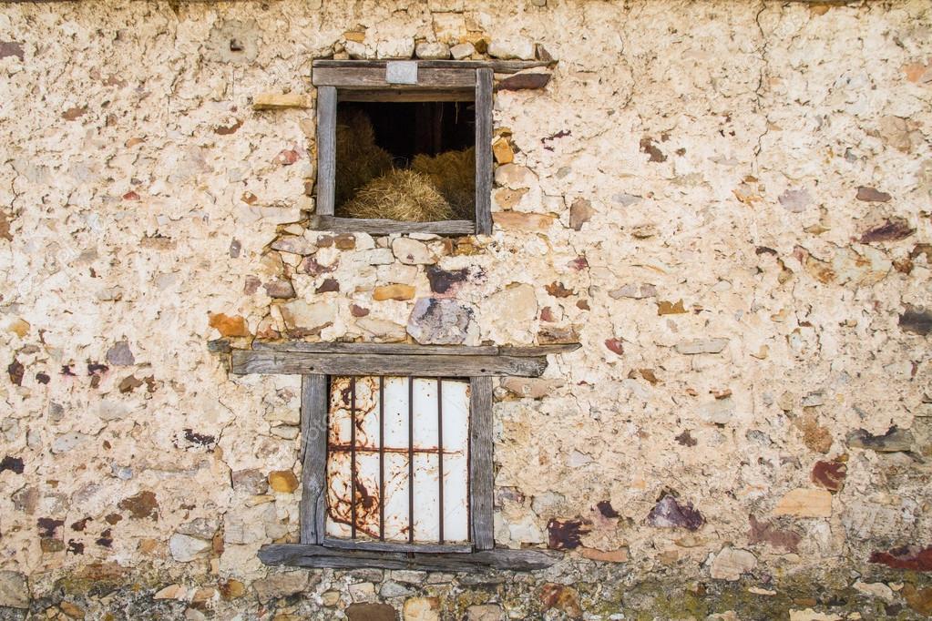 construcción rural de ventana o boca pajar — Fotos de Stock © siur ...