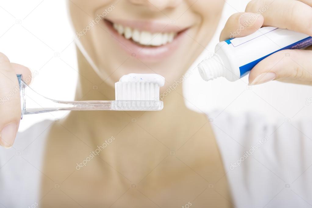 Garota Closeup Com Escova De Dentes Limpeza Dos Dentes Em Casa