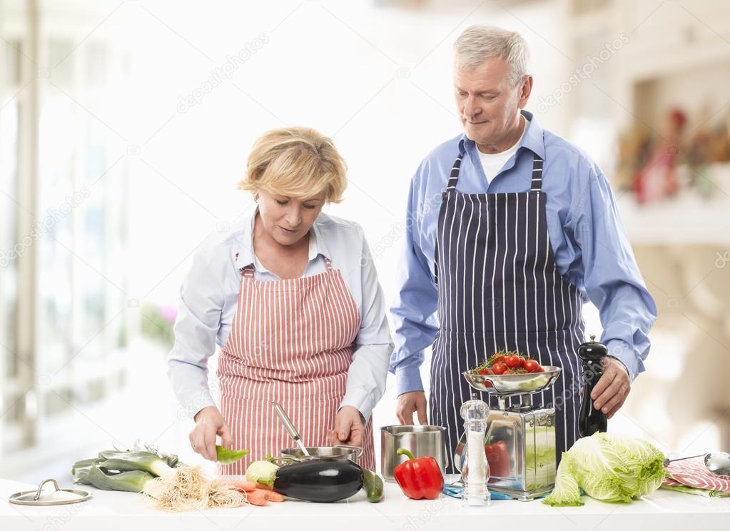 couple de personnes g es de cuisson dans la cuisine photographie sepy 23912511. Black Bedroom Furniture Sets. Home Design Ideas