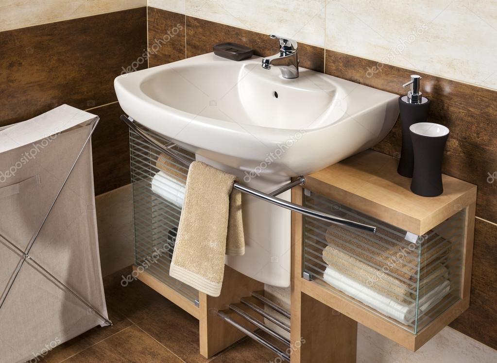Detalle de un moderno cuarto de baño con lavabo y accesorios ...