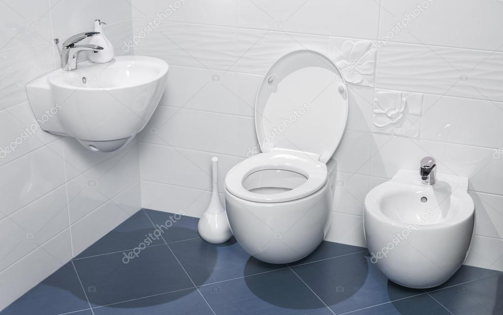 Detail van een luxe badkamer met wastafel wc en bidet u stockfoto