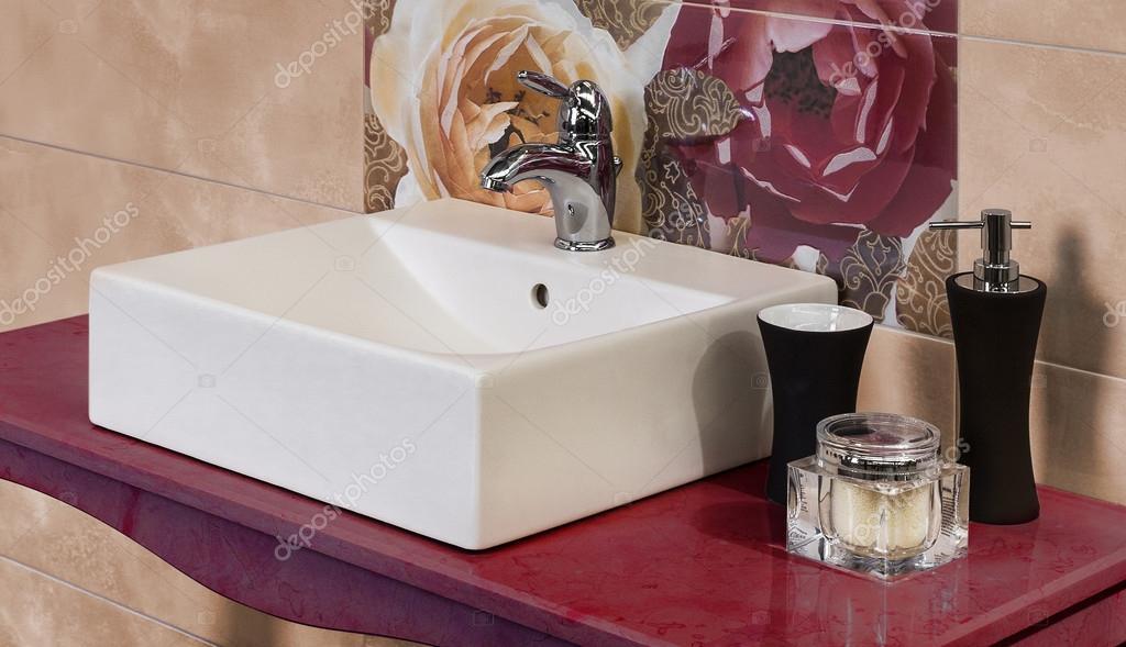 Dettaglio di un moderno bagno con piastrelle a motivo floreale