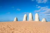 Fotografia la scultura della mano, la città di punta del este, uruguay
