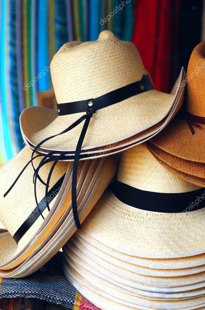 Sombreros de Panamá hechos a mano tradicional se apilan para la venta en el  mercado artesanal al aire libre dabd80e2530