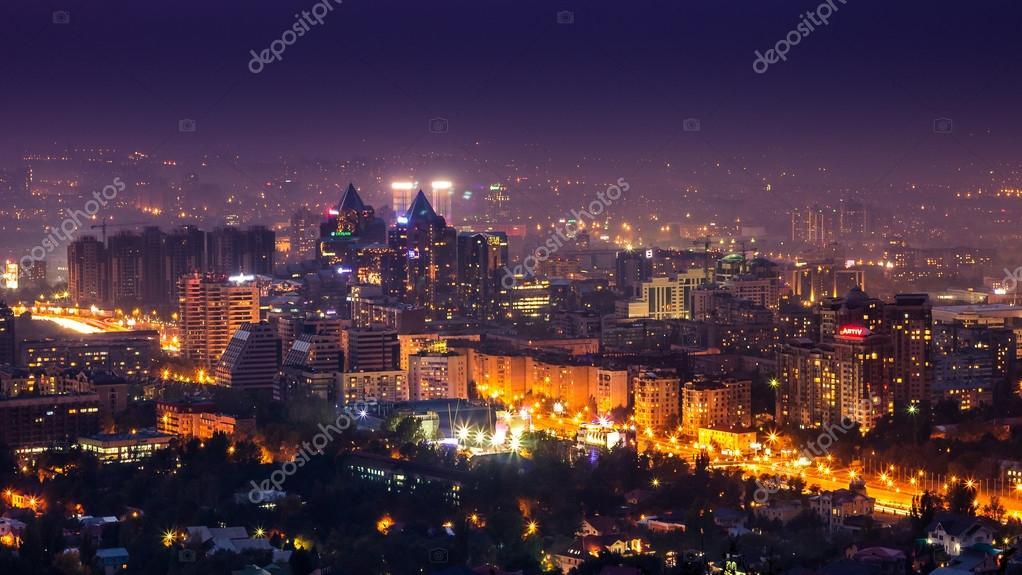 Almaty En La Noche Fotografía Nocturna De La Ciudad Foto