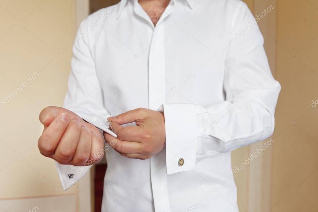 7f6043e289b4 Άνθρωπος που φοράει λευκό πουκάμισο και μανικετόκουμπα — Φωτογραφία Αρχείου