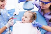 dívka u zubaře