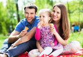 rodina jíst zmrzlinu