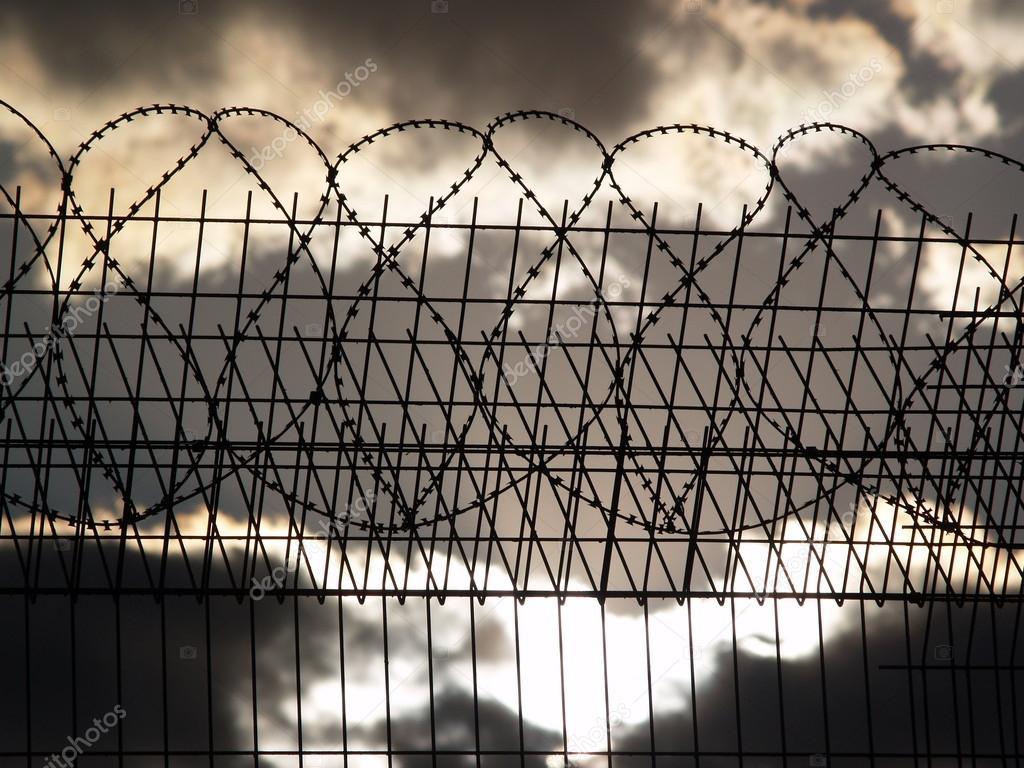 Gefängnis-Zaun mit Stacheldraht — Stockfoto © Pachuli82 #46662647