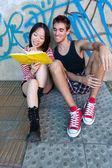 Fotografie Multi-ethnischen Paares ein Buch zu lesen