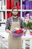 pracovník nesoucí květy