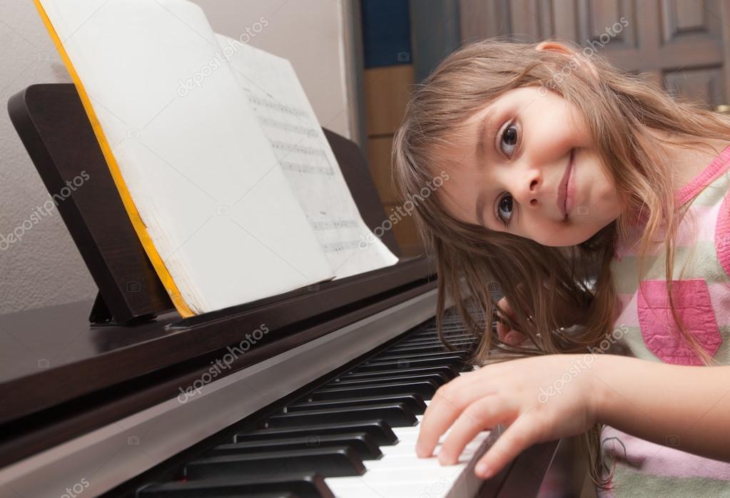 girl playing piano - HD1669×1138