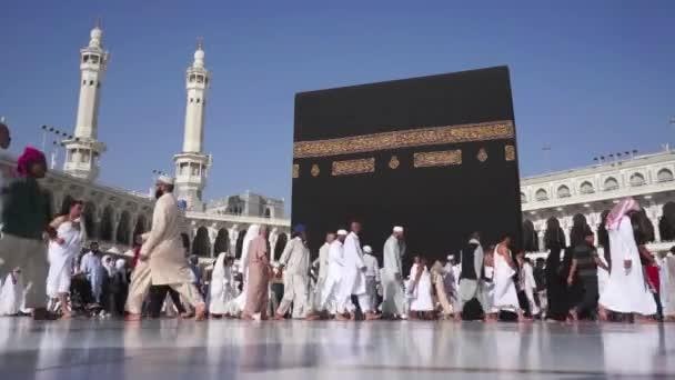 Muslimische Pilger umrunden die Kaaba in Masjidil haram in Makkah, Saudi-Arabien
