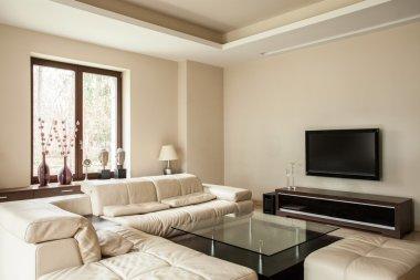 Travertine house: Bright living room