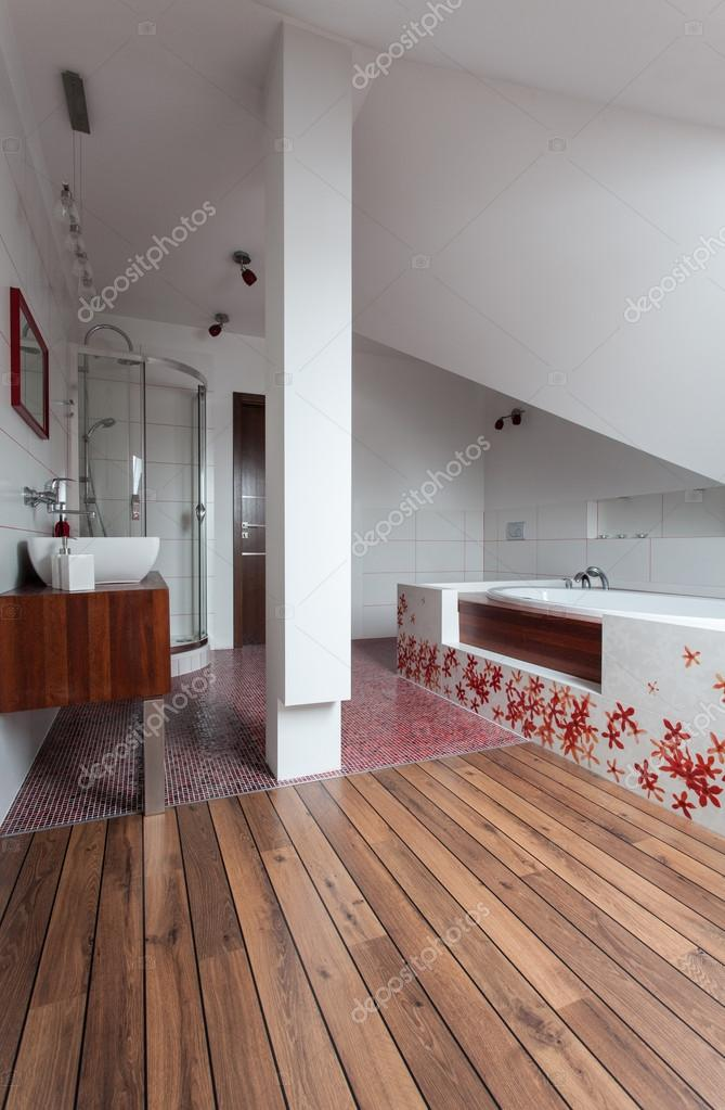 Ruby Haus - Keramik und Holz Badezimmer — Stockfoto © photographee ...