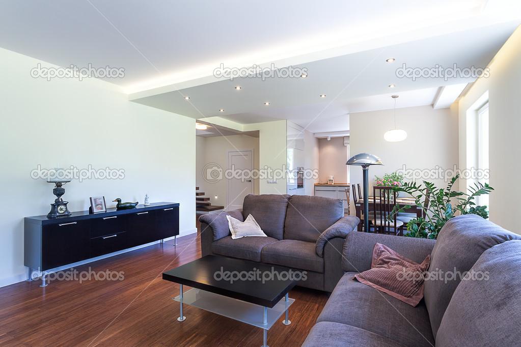 Hellen Raum   Ein Geräumiges Wohnzimmer, In Einem Modernen Haus U2014 Foto Von  Photographee.eu