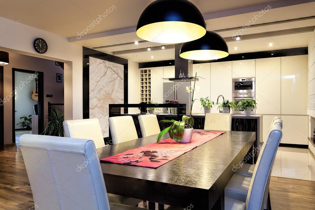 Apartamento urbano - cocina con mesa grande — Foto de stock ...