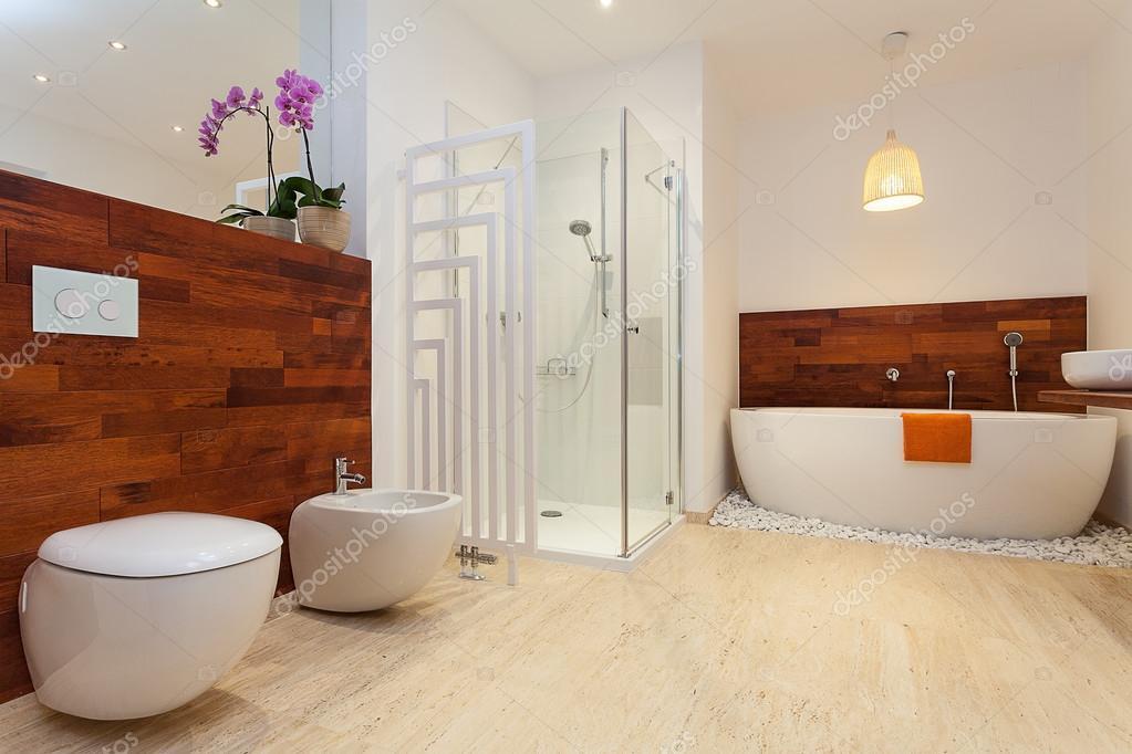 Salle de bains moderne chaleureux — Photographie ...