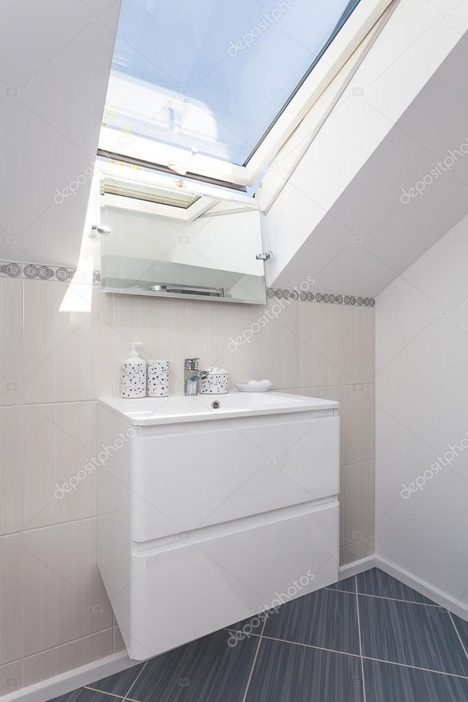https://st.depositphotos.com/2249091/3149/i/950/depositphotos_31492029-stockafbeelding-lichte-ruimte-badkamer-plank.jpg