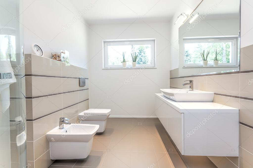 Bright space white bathroom stock photo photographee for Badezimmer wenig fliesen
