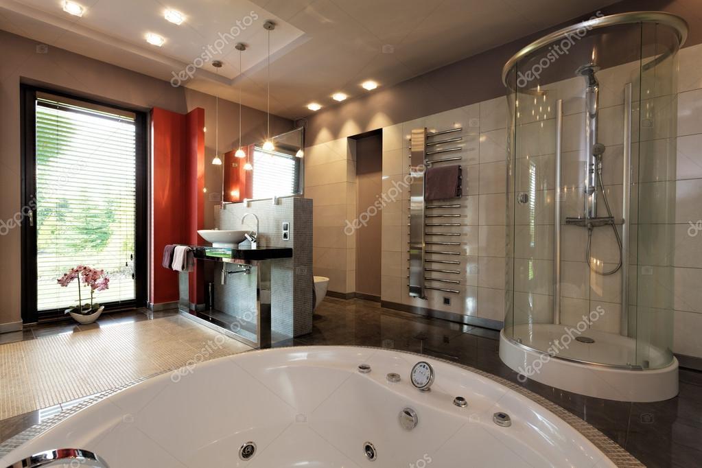 Salle de bains luxueuse avec baignoire et douche ...