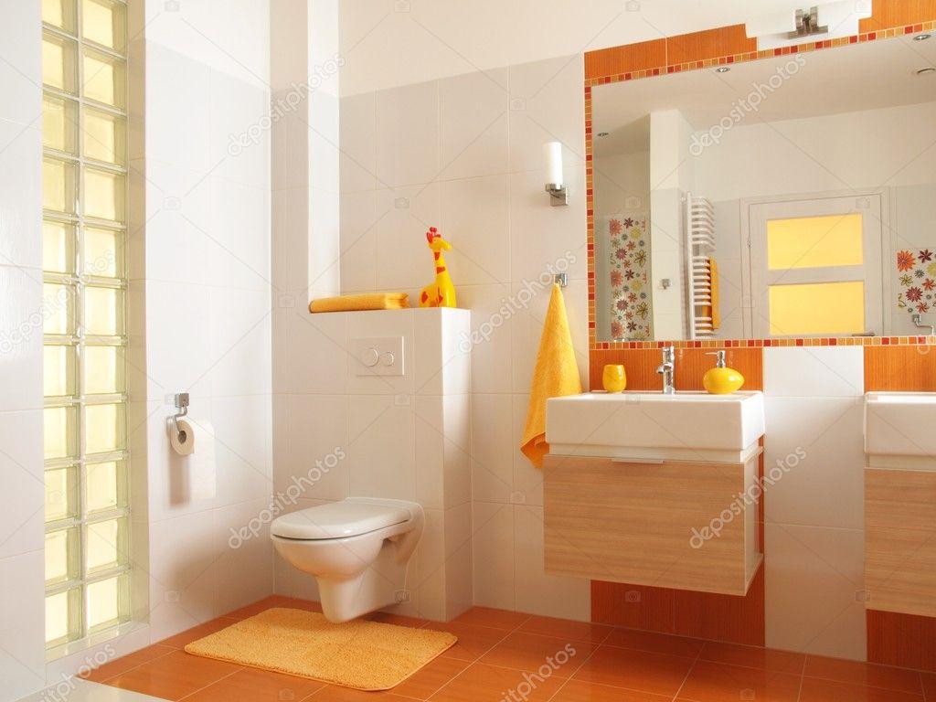 coloré enfants salle de bains avec WC — Photographie photographee.eu ...