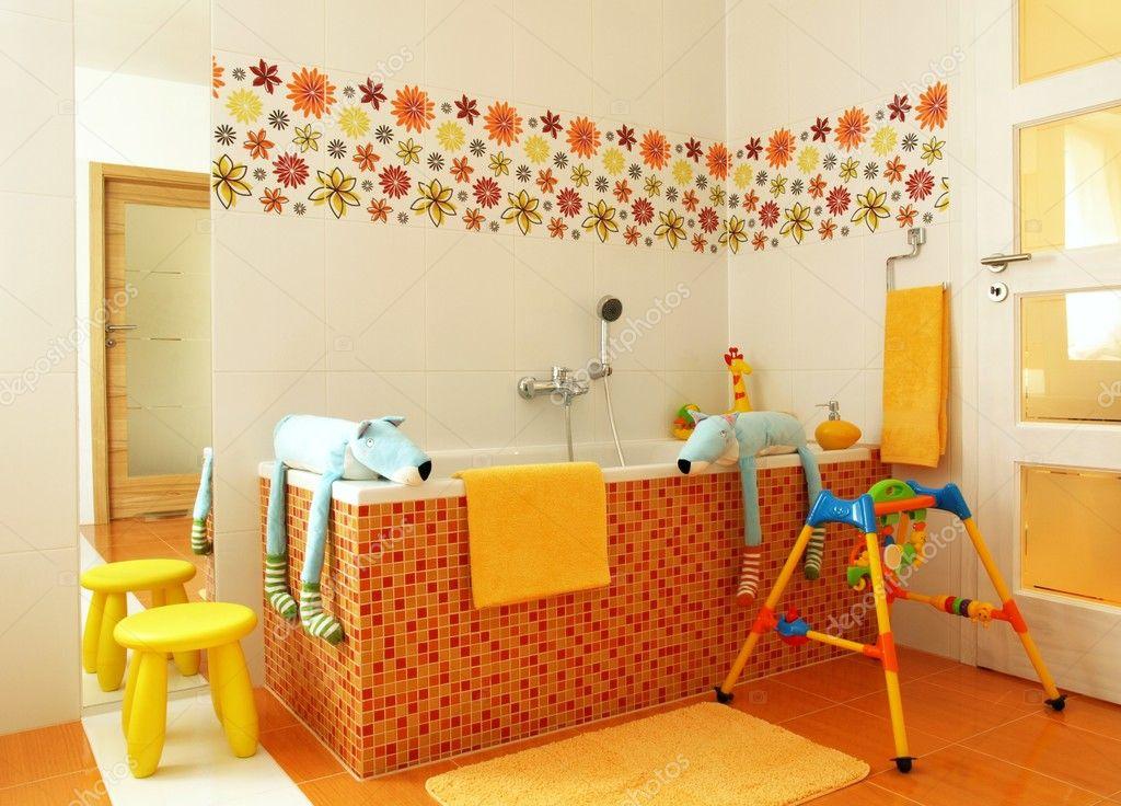 salle de bains moderne coloré pour les enfants — Photographie ...