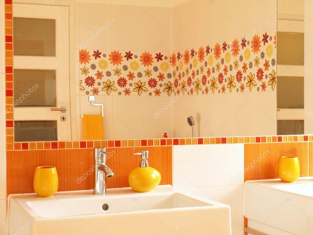 modern fürdőszoba virág dekor csempe — Stock Fotó © photographee ...
