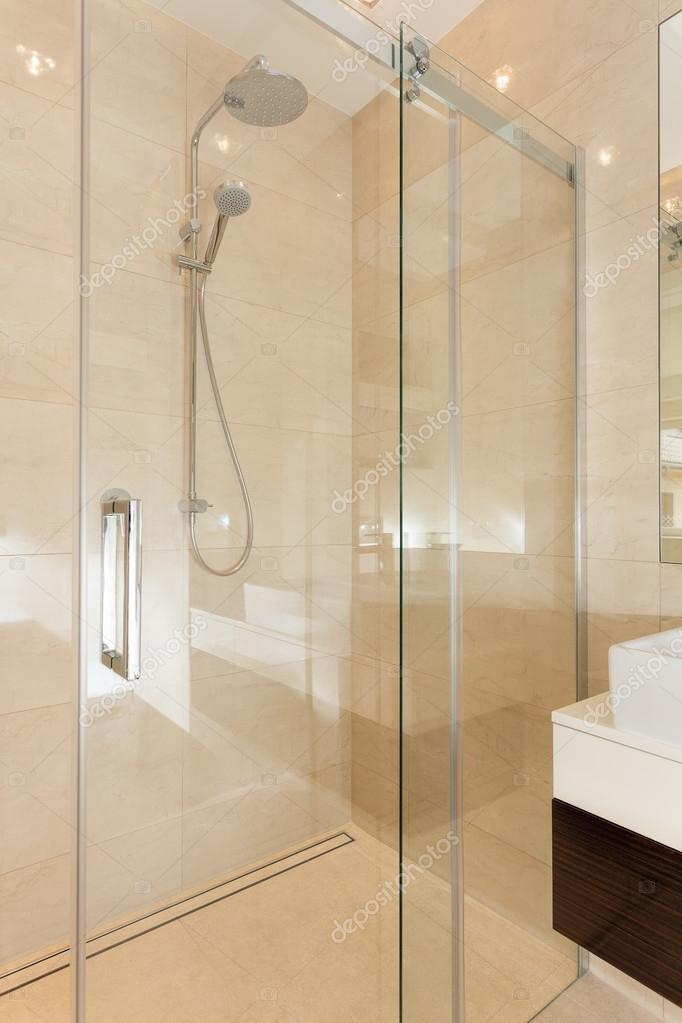 glas hedendaagse douche in de badkamer — Stockfoto © photographee.eu ...