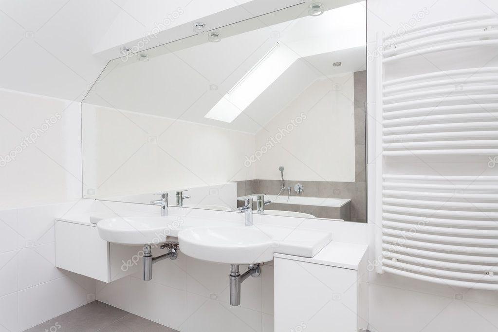 Intérieur de la salle de bains moderne blanc — Photographie ...