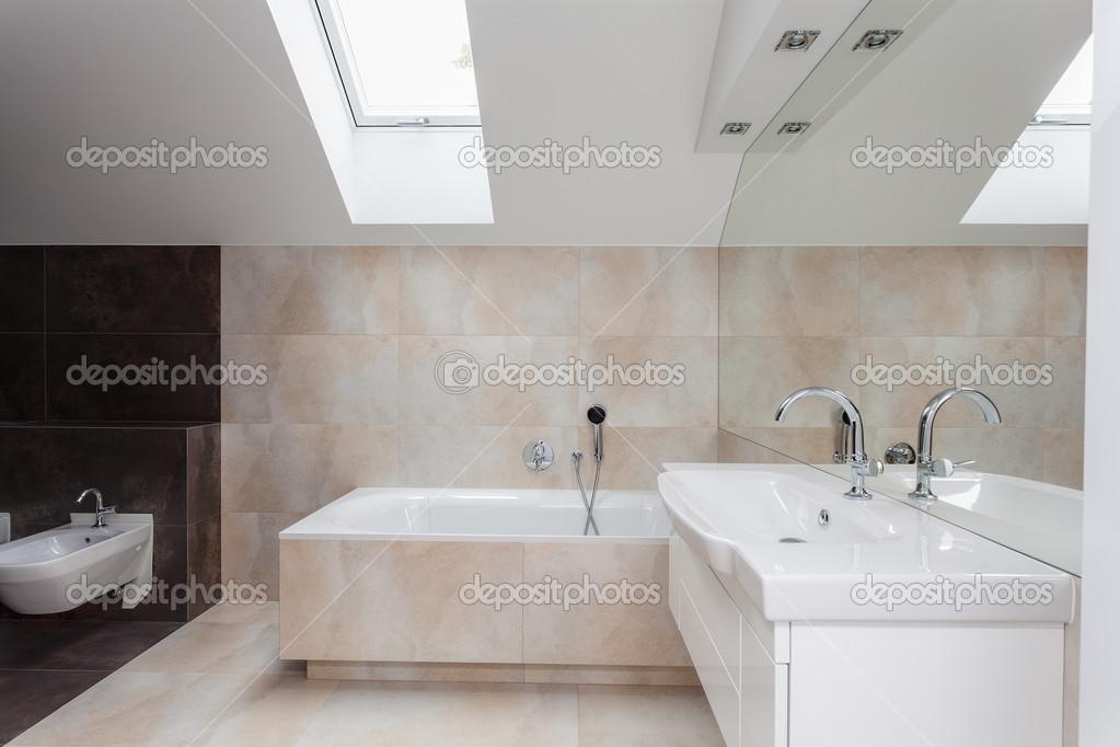 Interno bagno con piastrelle beige foto stock 37472125 - Piastrelle bagno beige ...