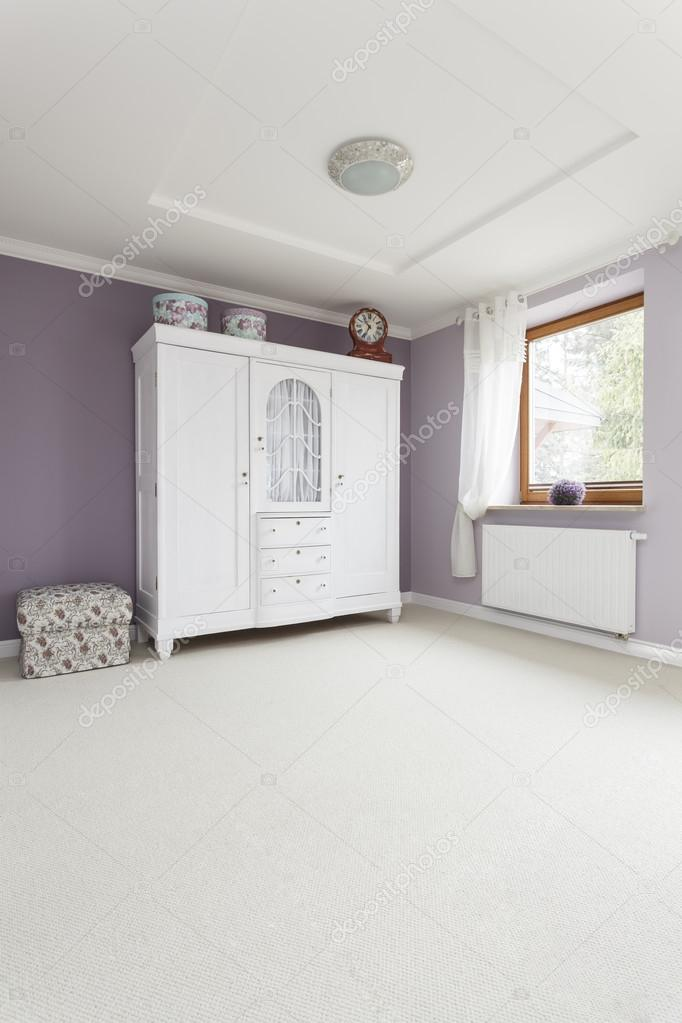 Toskana - Kleiderschrank im Schlafzimmer — Stockfoto © photographee ...