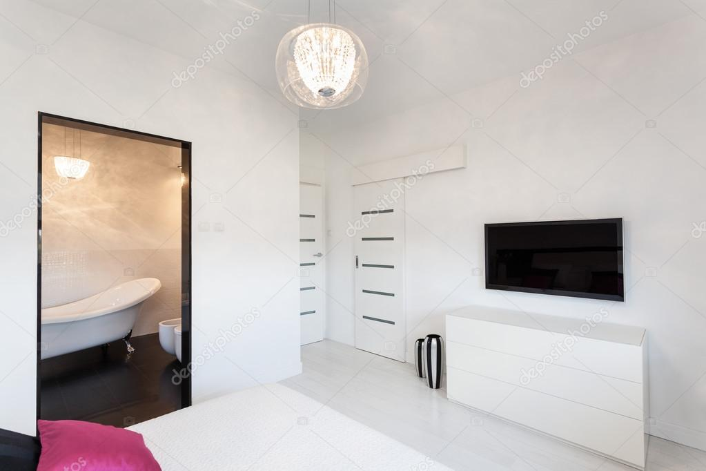 levendige cottage - slaapkamer met tv — Stockfoto © photographee.eu ...